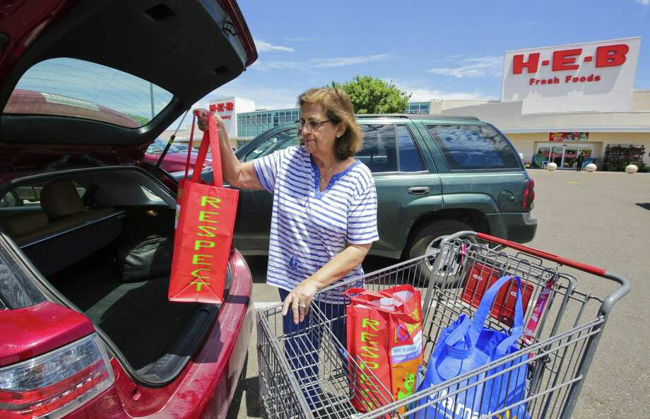 In this file photo, a customer loads groceries from H-E-B into their car. Photo: Victor Strife /Laredo Morning Times / LAREDO MORNING TIMES