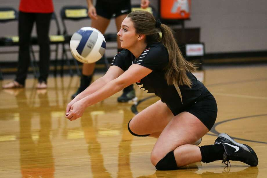 Huffman Hargrave's Anna Hayden (5) digs the ball during the varsity volleyball game against Conroe on Tuesday, Sept. 12, 2017, at Conroe High School. (Michael Minasi/ Chronicle) Photo: Michael Minasi, Staff Photographer / Houston Chronicle / Internal