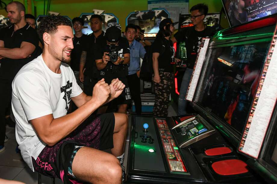NBA player Klay Thompson of the Golden State Warriors plays arcade games with fans on June 26, 2018 in Zhengzhou, China. Photo: DI YIN/Getty Images
