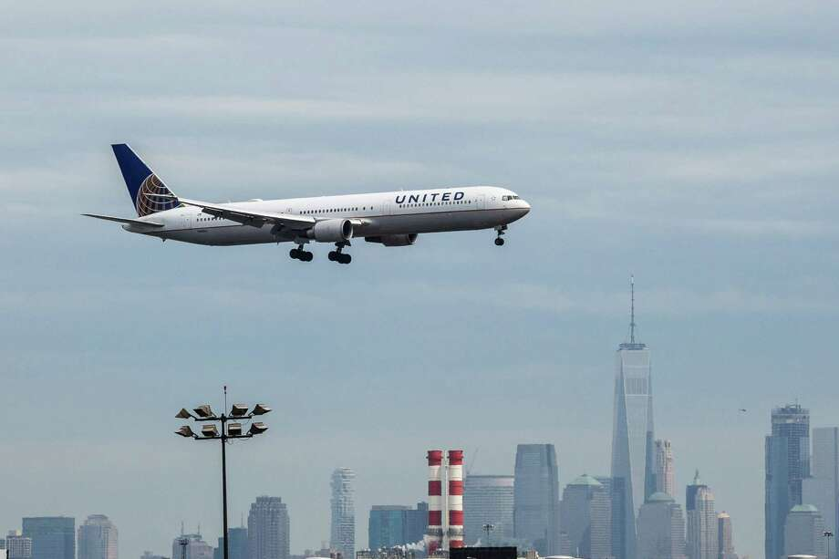 A United passenger aircraft is preparing to land as the New York City skyline stands in the background on April 12, 2017 at Newark Liberty International Airport in Newark, New Jersey. Photo: Bloomberg Photo By Timothy Fadek. / © 2017 Bloomberg Finance LP