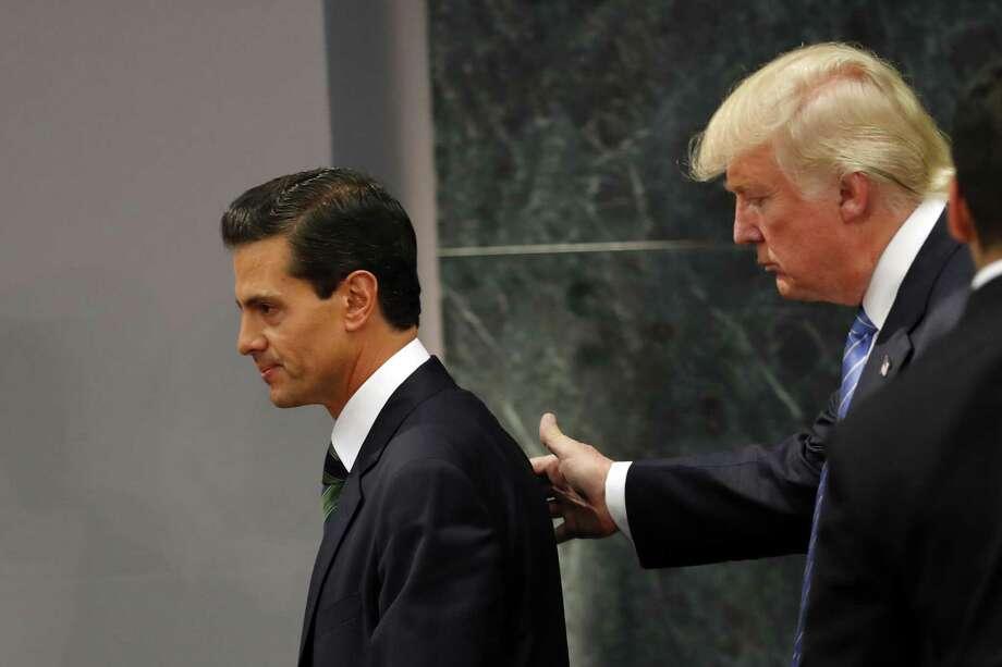 El entonces candidato presidencial Donald Trump camina con el Presidente Enrique Peña Nieto al final de una declaración en Los Pinos. Photo: Dario Lopez-Mills /AP / AP
