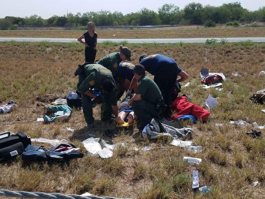 Agentes de la Patrulla Fronteriza prestaron sus servicios a los pasajeros de un vehículo que se volcó en la carretera I-35 cerca de Encinal. Photo: Foto De Cortesía