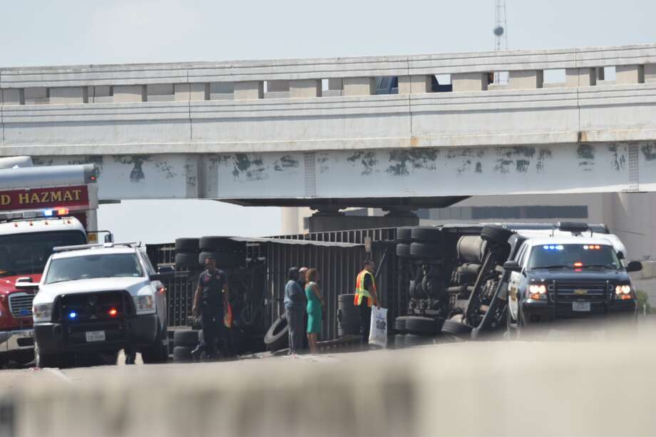 An overturned 18-wheeler is causing traffic to back up at the Finesilver Curve near downtown San Antonio on July 4, 2018. Photo: Caleb Downs/San Antonio Express-News