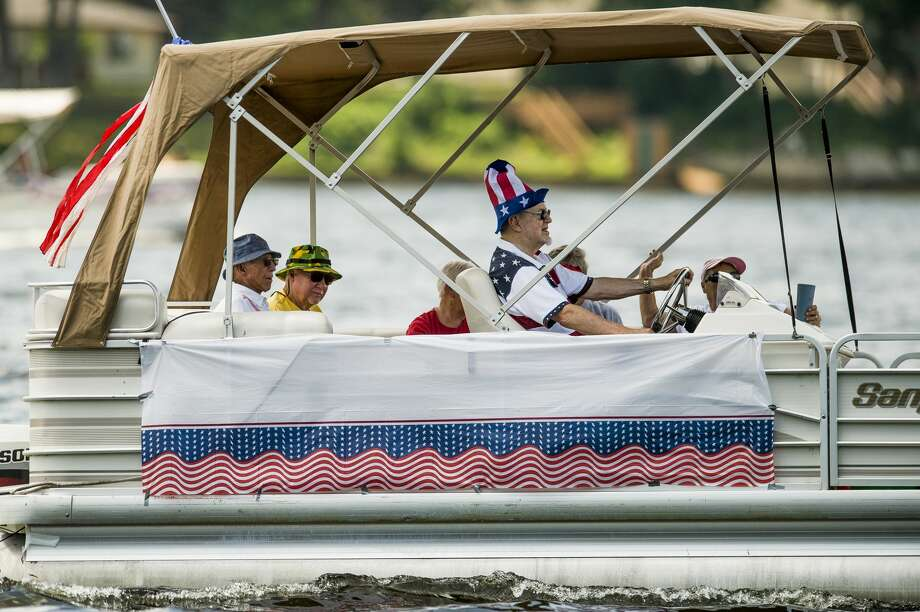 People enjoy temperatures in the 90s while participating in the annual 4th of July boat parade on Sanford Lake Wednesday, July 4, 2018. (Katy Kildee/kkildee@mdn.net) Photo: (Katy Kildee/kkildee@mdn.net)