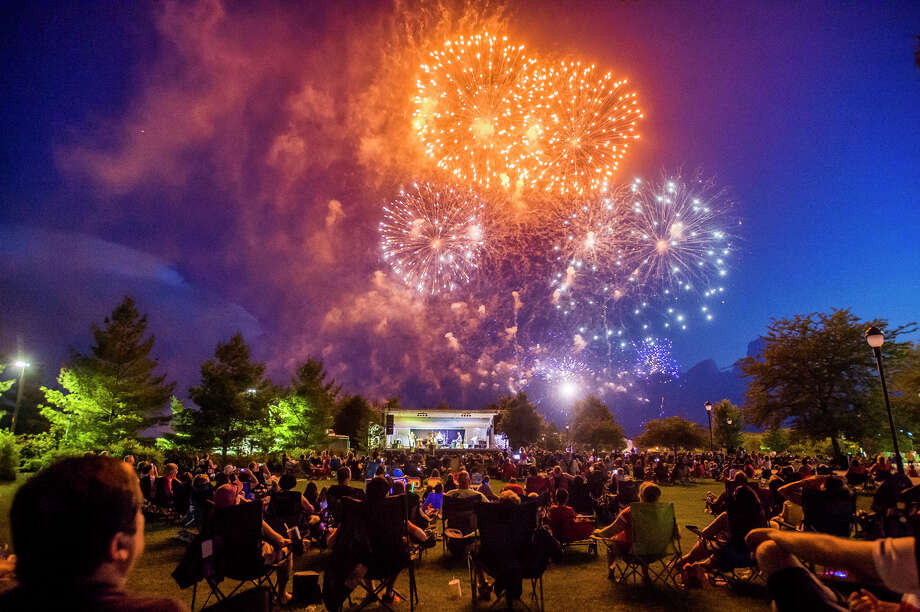 Thousands of people gather outside of Dow Diamond in Midland to watch fireworks on July 4, 2018. (Katy Kildee/kkildee@mdn.net) Photo: (Katy Kildee/kkildee@mdn.net)