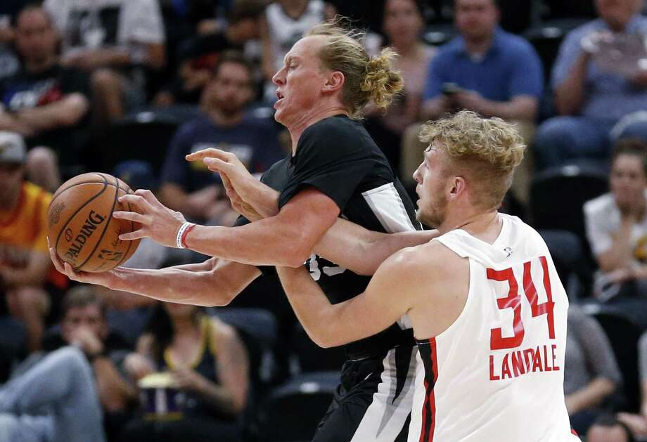 The Spurs' Jeff Ledbetter, who has played two season in Austin, makes a steal on Tuesday. Photo: Rick Bowmer / Associated Press / Copyright 2018 The Associated Press. All rights reserved.