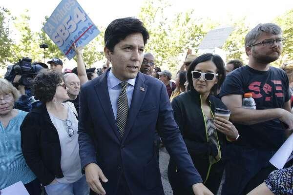 Kevin de León's no longer Senate leader, but he still rides like one
