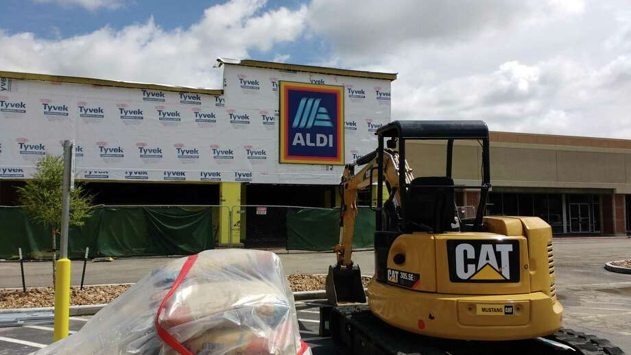 Aldi plans to open a store in the former Hancock Fabrics at 16701 El Camino Real in the Clear Lake area. The discount grocer will give shoppers a third option within a half-mile stretch of El Camino Real. Photo: Bill Montgomery / Houston Chronicle