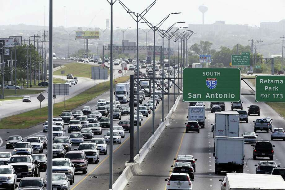 Traffic proceeds along Interstate 35 on the North Side during rush hour on June 29, 2018. Air pollution from car exhaust that contains nitrogen oxides is one factor in ground-level ozone, a primary component of smog, in San Antonio. Photo: Tom Reel /San Antonio Express-News / 2017 SAN ANTONIO EXPRESS-NEWS