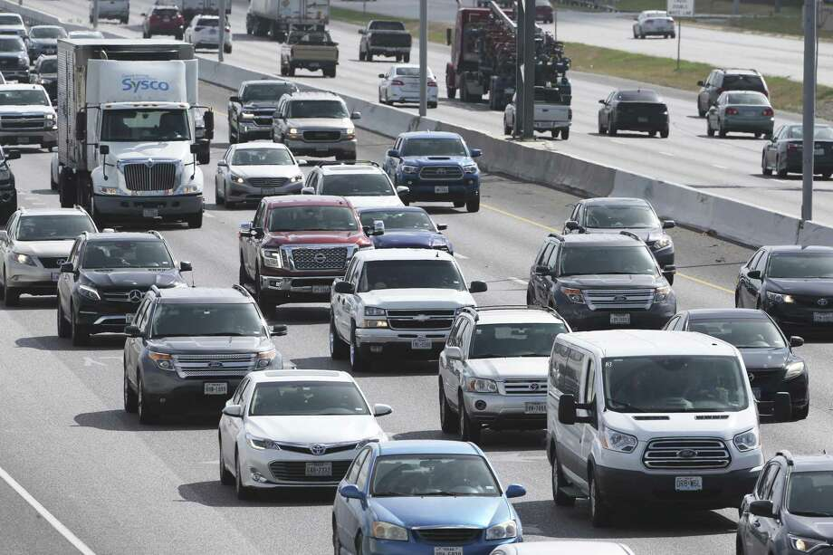 Traffic proceeds along I35 on the North Side during rush hour on June 29. A reader scoffs at city council's plan to have all electric vehicles by 2050. Photo: Tom Reel /San Antonio Express-News / 2017 SAN ANTONIO EXPRESS-NEWS
