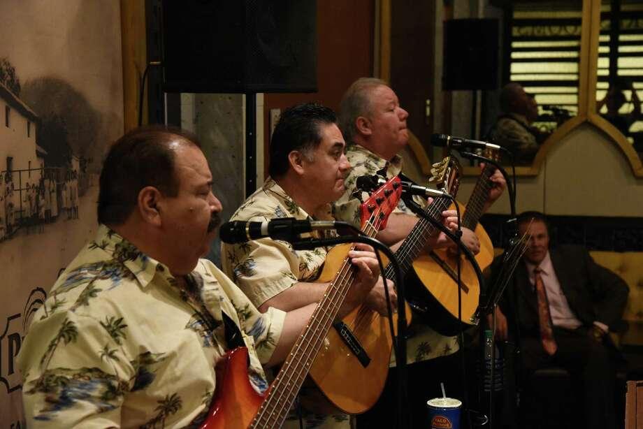El trío Palenque interpreta una melodía durante una cena en honor de Francisco Ochoa, el 5 de julio de 2018. Photo: Christian Alejandro Ocampo /Laredo Morning Times / Laredo Morning Times