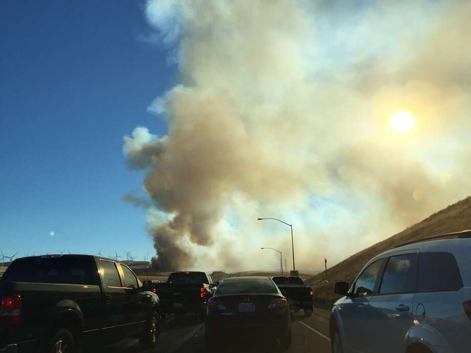 Drivers near the fire reported thick smoke and flames along both sides of the highway, and some were forced to turn around before Altamont Pass. Photo: @missjessrose/Twitter