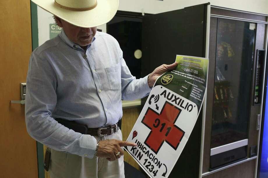 Benny Martínez, sheriff del condado de Brooks, muestra un cartel de metal  utilizado para tratar de ayudar a inmigrantes que se encuentren en una situación  de emergencia, el 27 de junio de 2018, en Falfurrias, Texas. Photo: JERRY LARA / San Antonio Express-News / San Antonio Express-News