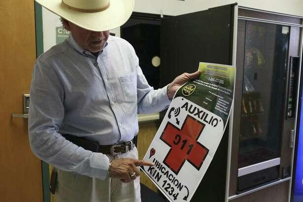 Benny Martínez, sheriff del condado de Brooks, muestra un cartel de metal utilizado para tratar de ayudar a inmigrantes que se encuentren en una situación de emergencia, el 27 de junio de 2018, en Falfurrias, Texas.