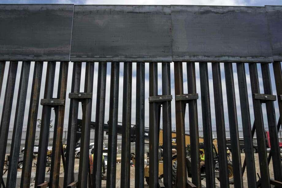 Trabajadores en Mesa de Otay, San Diego, California, en Estados Unidos, reemplazan una sección del muro entre Méxicoy Estados Unidos, visto desde Tijuana. Photo: GUILLERMO ARIAS /AFP /Getty Images / AFP or licensors