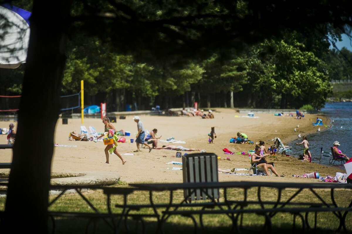 People enjoy the weather on Monday, July 9, 2018 at Sanford Lake Park. (Katy Kildee/kkildee@mdn.net)