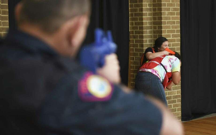 Jennifer Villanueva actúa como la tiradora activa en el entrenamiento de la Policía de Laredo College el viernes 6 de julio en el Campus Fort McIntosh. Photo: Danny Zaragoza /Laredo Morning Times / Laredo Morning Times