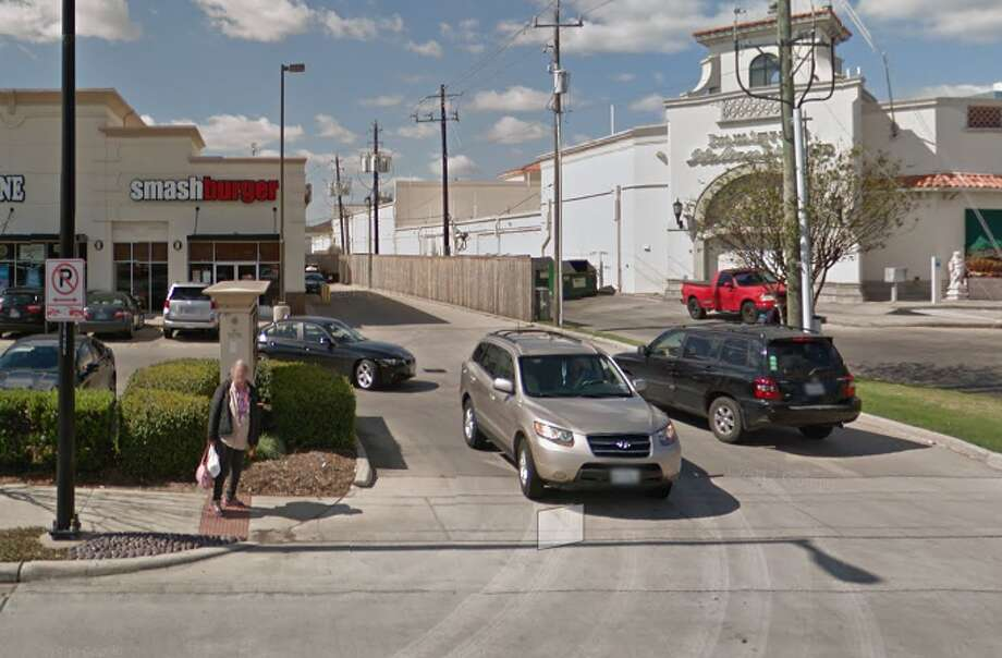 Smashburger #10275220 BUFFALO SPEEDWAY, HOUSTON, TX 77005  Demerits: 25  Inspection highlights:Observed employee handle raw beef then handle a prepared hamburger without first washing his hands and changing gloves. Photo: Google Maps