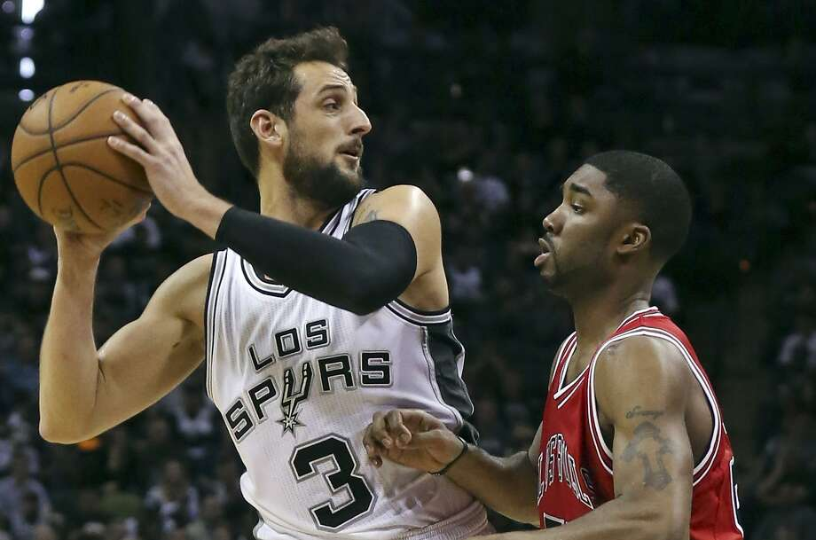 San Antonio Spurs' Marco Belinelli looks to pass around Chicago Bulls' E'Twaun Moore during second half action March 8, 2015 at the AT&T Center. Belinelli rejoined the Spurs on a 2-year contract last week. Photo: Edward A. Ornelas /San Antonio Express-News / © 2015 San Antonio Express-News