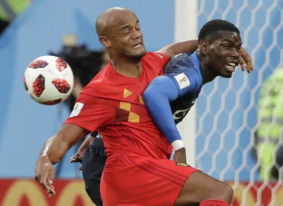 Paul Pogba, de la selección de Francia, y Vincent Kompany, de Bélgica, forcejean en busca del balón durante la semifinal de la Copa del Mundo, disputada el martes 10 de julio de 2018. Photo: AP