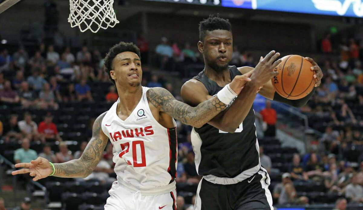 Chimezie Metu, right, makes his presence felt in NBA summer league play, denying a rebound to the Hawks' John Collins. The Spurs agreed to terms with the second-round pick Thursday.