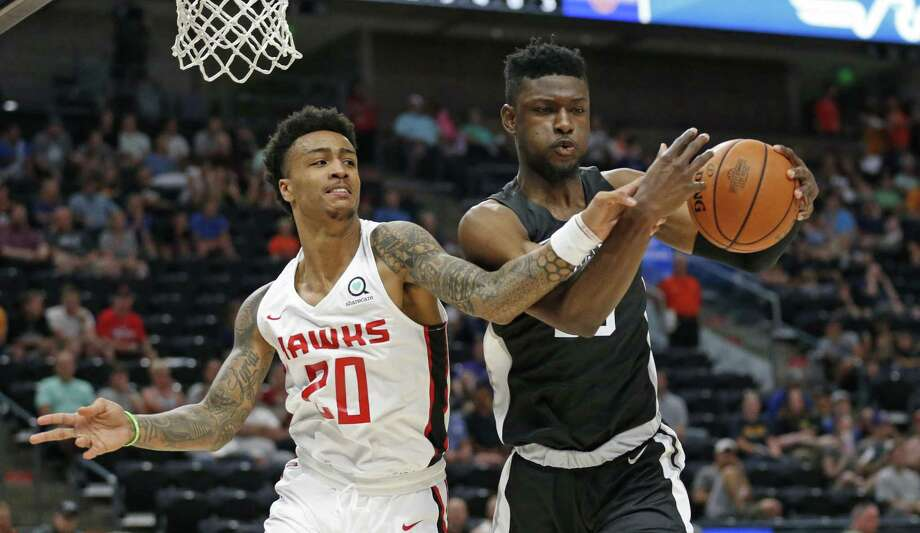 Spurs rookie Chimezie Metu (right) suffered a left wrist fracture July 8 against the Wizards. It was initially diagnosed as a sprain. Photo: Rick Bowmer / Associated Press / Copyright 2018 The Associated Press. All rights reserved.