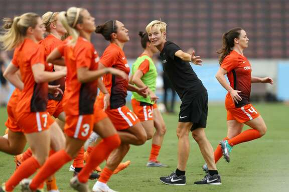 Houston Dash manager Vera Pauw, center, leads the team through warmups before the NWSL game against the Orlando Pride at BBVA Compass Stadium Wednesday, July 11, 2018, in Houston. ( Godofredo A. Vasquez / Houston Chronicle )