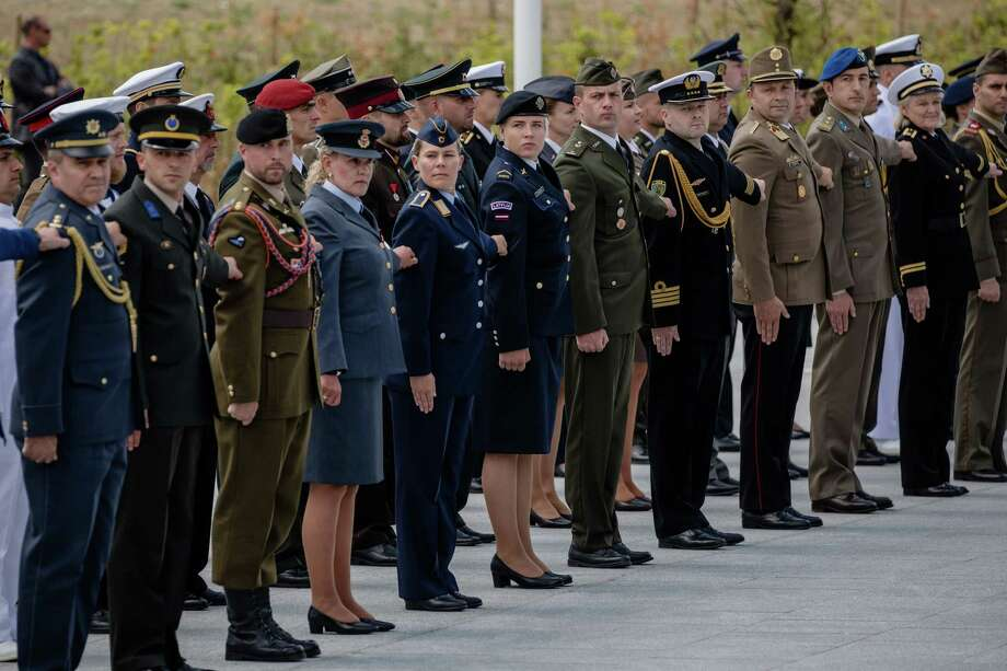 Military personnel from member states stand to attention during the NATO summit at the military and political alliance's headquarters in Brussels, on July 11, 2018. Photo: Bloomberg Photo By Marlene Awaad. / © 2018 Bloomberg Finance LP