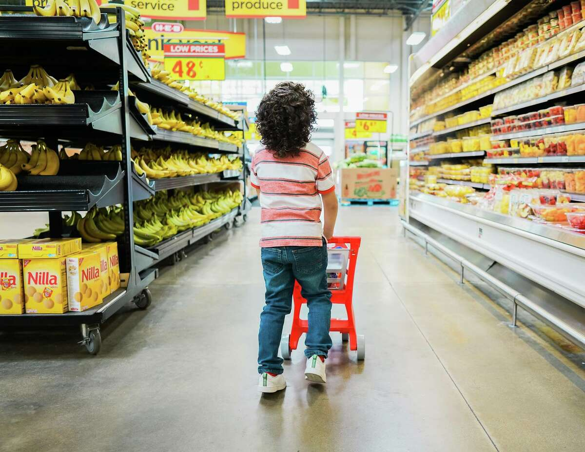 A little boy named Thomas loves H-E-B so much he wanted to celebrate his birthday at the store. His mother, Jessica Guerrero, enlisted the help of Pop of Color Images' Megan Bowling for a now-viral photoshoot at San Antonio's beloved grocery chain.