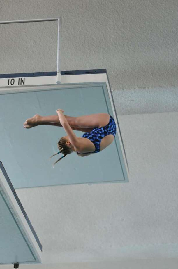 Elizabeth Fitzpatrick dives last week in Pittsburgh. Photo: Contributed Photo / Darien News