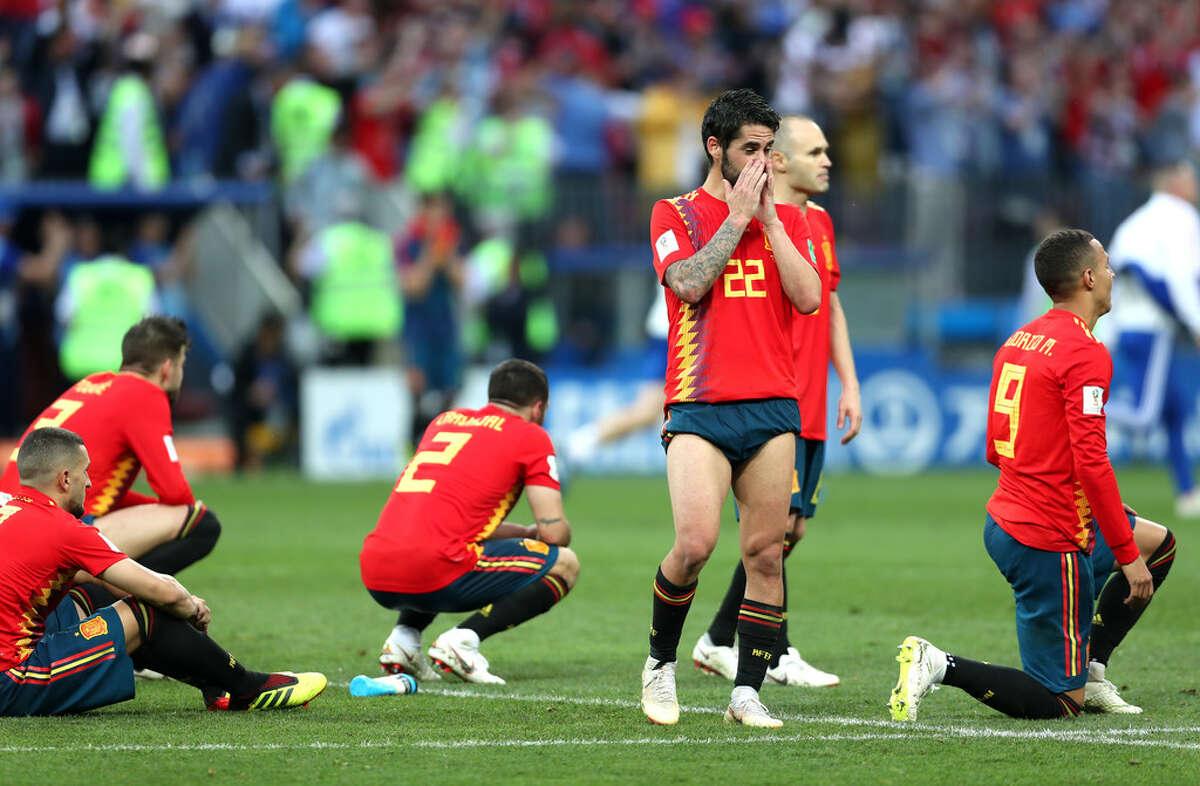 Isco y sus compañeros de la selección española de fútbol lamentan la eliminación en tiros penales frente a Rusia en la Copa del Mundo, en el estadio Luzhniki de Moscú.
