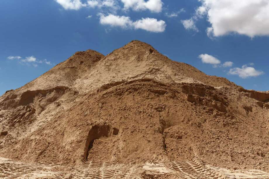 A pile of sand stands at a mining facility in Texas. Photo: Bloomberg Photo By Callaghan O'Hare. / © 2018 Bloomberg Finance LP