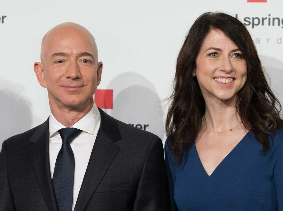Amazon CEO Jeff Bezos and his wife MacKenzie Bezos  poses as they arrive at the headquarters of publisher Axel-Springer in April 2018. Photo: JORG CARSTENSEN / DPA