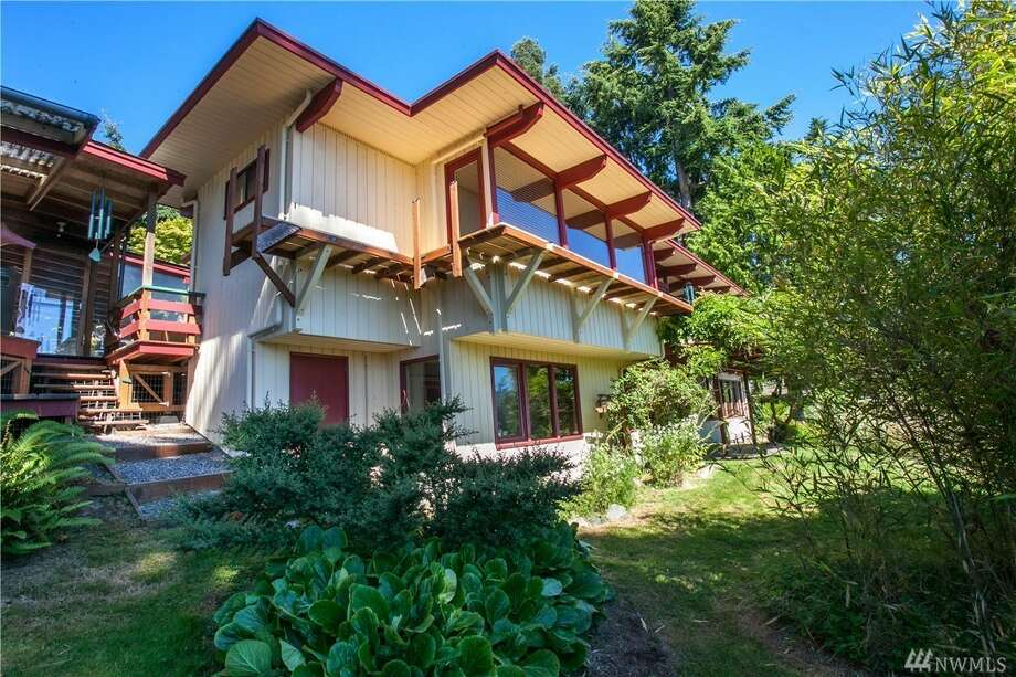 Vacation, retire, or just live in this custom 1969 mid-century cabin on Bainbridge Island for $725K. Photo: Photos: Catie Cleveland/Catie's Photography Via Coldwell Banker
