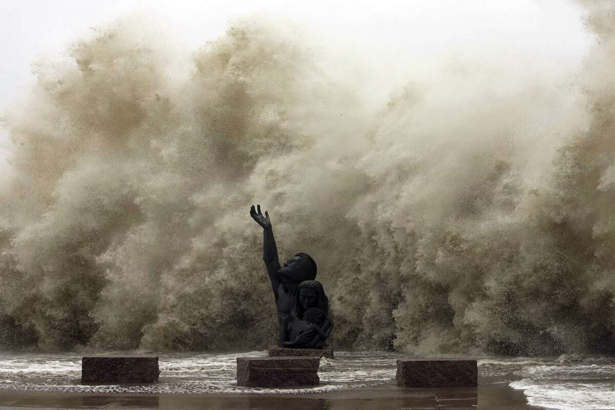 PHOTOS: Hurricane Ike in photos Waves crashing into the seawall reaching over the memorial to the hurricane of 1900 as Hurricane Ike began to hit Galveston Friday, Sept. 12, 2008. >>>See more photos from this traumatic hurricane event...