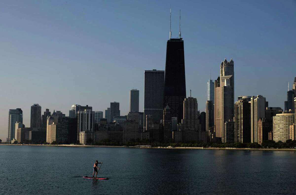 Chicago Chicago saw a 0.8% drop in job openings week over week as of July 6, but saw a 3.2% rise in job openings month over month. Compared to the same time last year, job openings were down 27.1% in Chicago.
