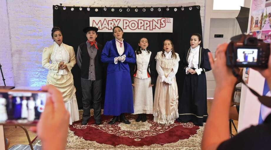 Miembros del elenco de la obra 'Mary Poppins Jr.', interpretan una selección de canciones de la producción que se presentará proximamente, el sábado 21 de julio en Sweet Loring. Photo: Danny Zaragoza /Laredo Morning Times / Laredo Morning Times