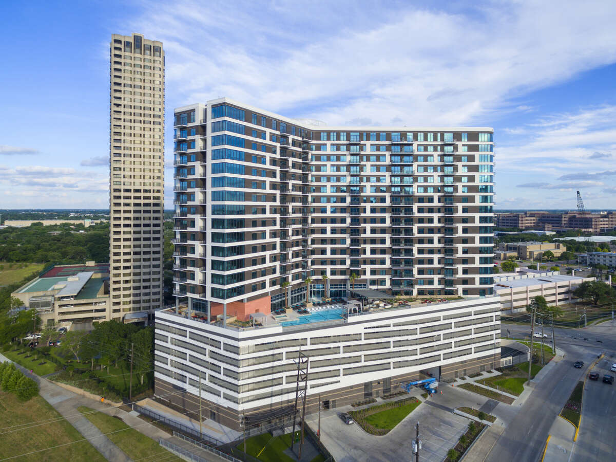 Vantage Med Center Units: 375 Address: 1911 Holcombe Blvd., Houston, TX 77030 Owner/management: The Dinerstein Companies Year developed: 2017 Features: 22-story high-rise overlooking the Texas Medical Center and Hermann Park. Infinity edge pool, fitness club, outdoor yoga terrace, onsite massage therapist, media lounge, sports lawn with outdoor gaming, indoor bike storage, bike sho, pet park with agility equipment. Apartment interiors include electric keyless entry locks, Quartz countertops, Nest thermostats and a TEAL hot water system.