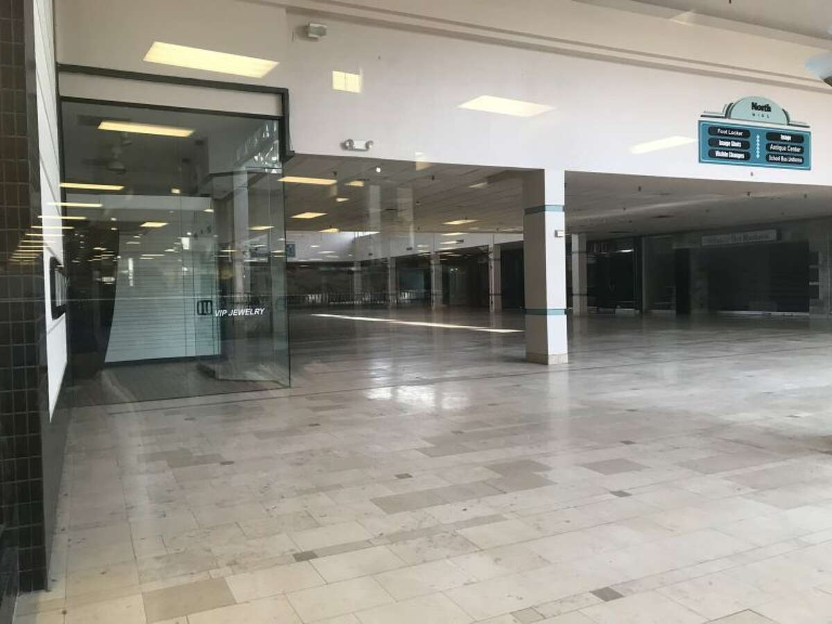Urban explorer Michael Abboud recently ventured back into the mall, which isn't totally abandoned obviously with Palais Royal, Thompson's Antique Center Of Texas, and a handful of others still sticking around.