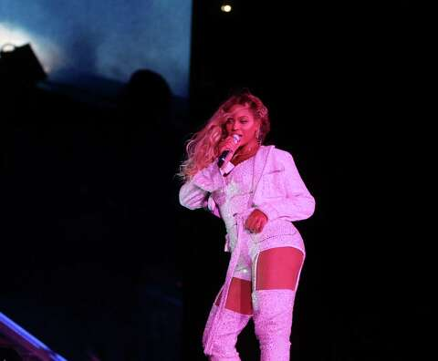 396311364f927f CLEVELAND - JULY 25: Beyonce performs on the 'On The Run II' tour