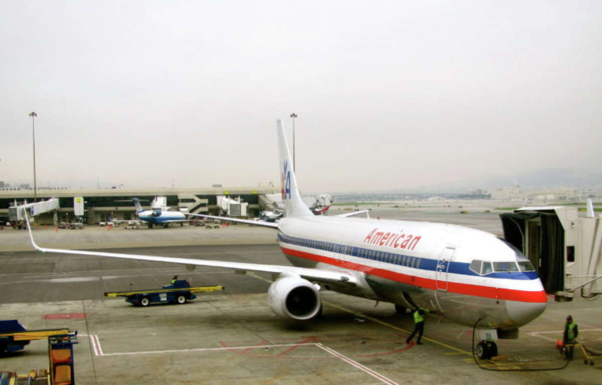 An American Airlines B737 loading up at SFO