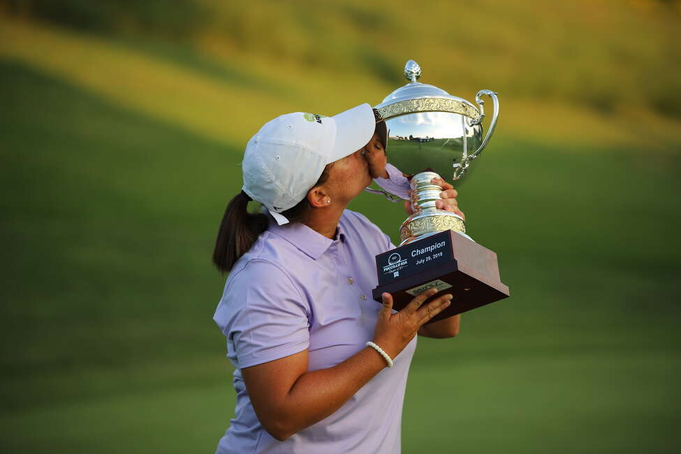 Kendall Dye kisses trophy after winning the Fuccillo Kia Classic of New York. (Zachary Sepanik for Symetra)