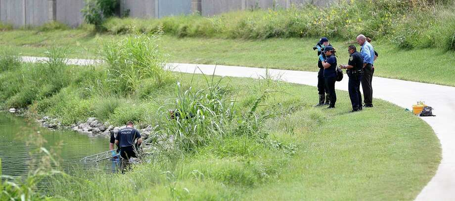 Houston Police pull a body out of the bayou at 1700 North MacGregor Way near Spurlock Park, Monday, July 30, 2018, in Houston. Photo: Karen Warren, Houston Chronicle / © 2018 Houston Chronicle