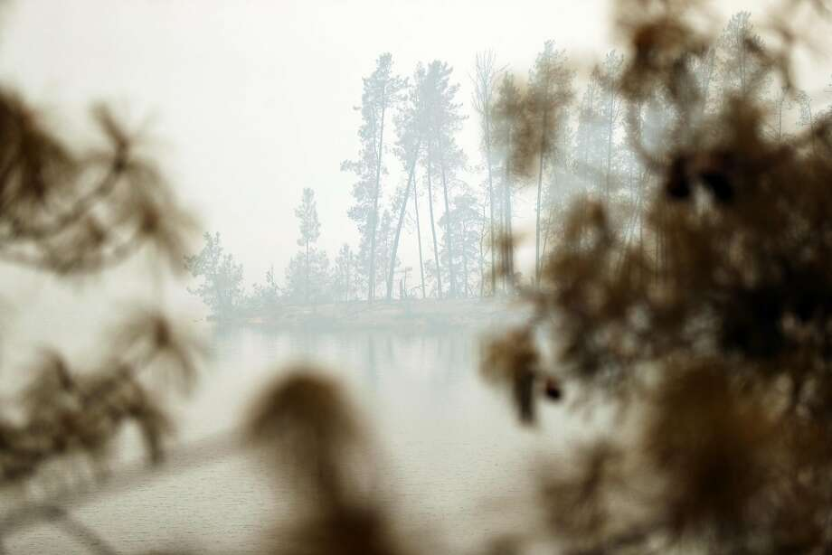Smoke shrouds burnt trees along Whiskeytown Lake in the aftermath of the Carr Fire west of Redding on Monday, July 30, 2018. Photo: Scott Strazzante / The Chronicle