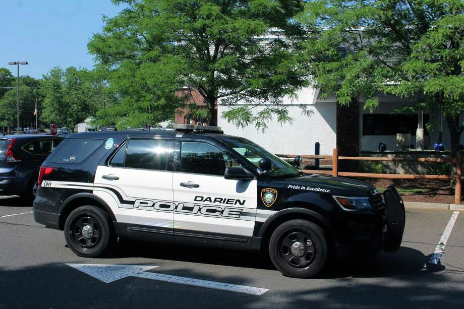 Police outside the Chase Bank at 454 Post Rd., Darien, Conn., on June 12, 2017. Photo: Justin Papp / Hearst Connecticut Media / Darien News