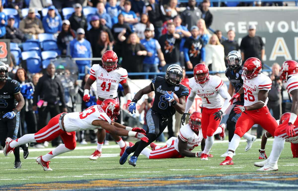 MEMPHIS, TN - NOVEMBER 25: Darrell Henderson #8 of the Memphis Tigers runs with the ball against Terrell Williams #23 of the Houston Cougars on November 25, 2016 at Liberty Bowl Memorial Stadium in Memphis, Tennessee. Memphis defeated Houston 48-44. (Photo by Joe Murphy/Getty Images)
