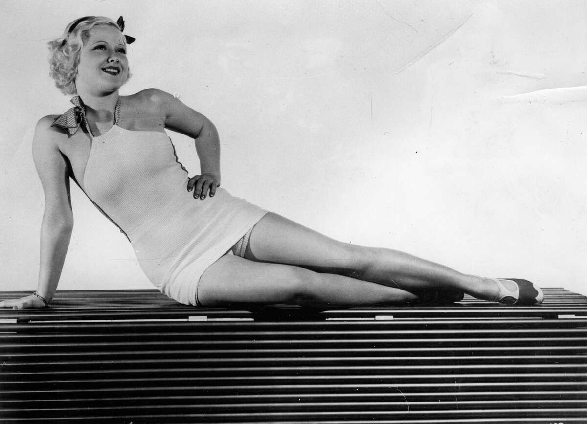 American actress Mary Carlisle posing in a swimsuit. Photograph. About 1930. (Photo by Imagno/Getty Images) Die amerikanische Schauspielerin Mary Carlisle posiert im Badeanzug. Photographie. Um 1930. *** Local Caption ***