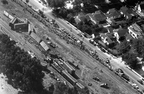 Dozens of Burlingame residents check out the derailed cars on Aug. 19, 1953. Photo: Ken McLaughlin / The Chronicle 1953