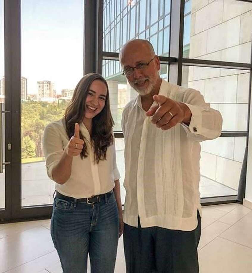 La estudiante Tabata Rodríguez con el Embajador de México en Azerbaiyán Rodrigo Labardin Photo: Foto De Cortesía /TAMIU