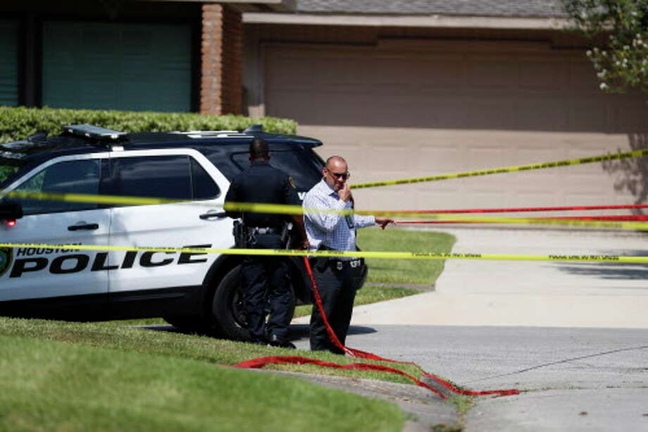 Houston Police set up police lines around the area on Bob White Drive, after police say Joseph James Pappas, the suspect in the murder of Dr. Mark Hausknecht, shot himself, August 3, 2018 in Houston. Photo: Karen Warren, Houston Chronicle